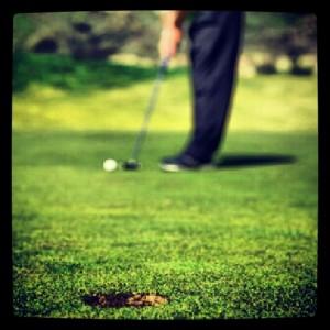 jugador golf pateando swing practica putter