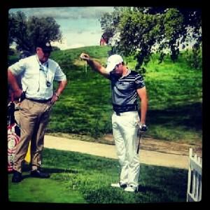 golf jugador dropa bola