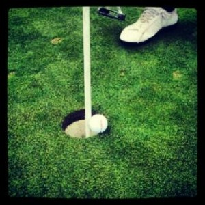 bola golf golpea apoyada bandera